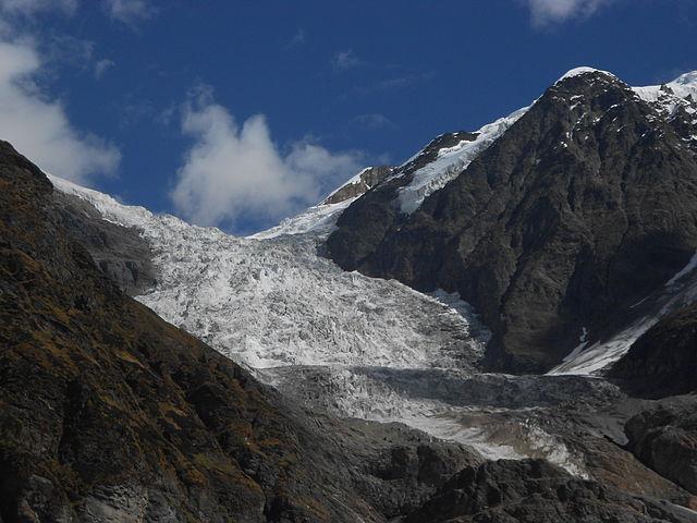 Un glaciar, en el estado de Uttarakhand en India. El 7 de febrero, un bloque de rocas y hielo cayó del glaciar de Trishul desde unos 5600 a unos 3800 metros, desplomándose casi dos kilómetros y fragmentándose para generar una enorme avalancha. Se precipitó por el escarpado glaciar a gran velocidad acumulando más hielo, agua y rocas cada milisegundo. Foto: Yann Forget/ Wikimedia Commons-CC-BY-SA