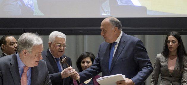 El presidente del Estado palestino, Mahmoud Abbas, recibe en enero de 2019 el traspaso de la presidencia pro témpore y anual del G77, en un acto de histórico simbolismo en la sede de la ONU en Nueva York, en que participó (I) el secretario general de las Naciones Unidas, António Guterres. Foto: Manuel Elias/ONU