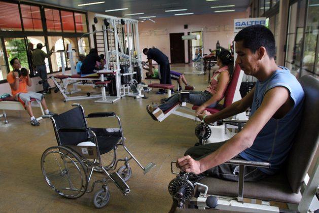 Pacientes venezolanos reciben atención fisioterapéutica a través del programa de cooperación médica entre Venezuela y Cuba, en el Centro Internacional de Salud La Pradera, en La Habana. El país cuenta con instalaciones médicas de renombre para la prestación de servicios médicos. Foto: Jorge Luis Baños/IPS