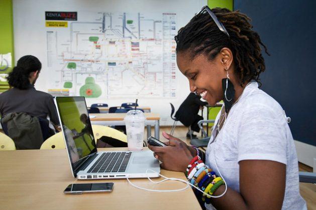 Una nueva investigación sugiere que las aptitudes digitales, al igual que las socioemocionales, se vinculan al incremento de las habilidades en el agronegocio de los jóvenes de África. Foto: CC por 2.0/ iHub