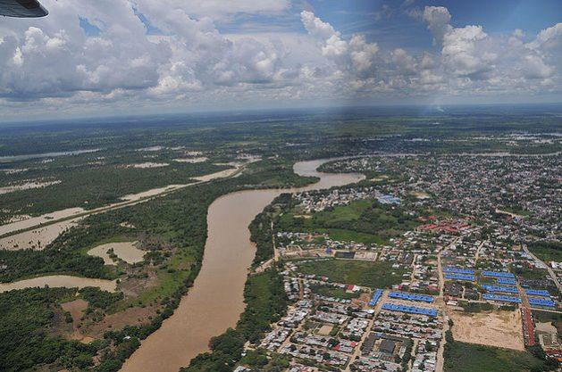 La región del río Arauca, aquí en una vista aérea junto a la capital departamental colombiana del mismo nombre, es escenario de combates entre fuerzas militares venezolanas y grupos irregulares que amenazan con escalar la tensión en la frontera, según oenegés. Foto: UNAL