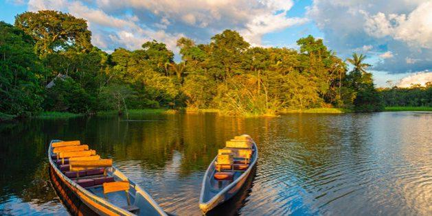 Dos tradicionales canoas de madera en la cuenca del río Amazonas, en el Parque Nacional Yasuní, en Ecuador. Foto: Alamy