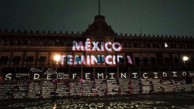 """Feministas proyectaron frases como """"México feminicida"""" y """"Aborto legal ya"""" en la fachada del Palacio Nacional, sede del poder ejecutivo federal de México. Foto: Pie de Página"""
