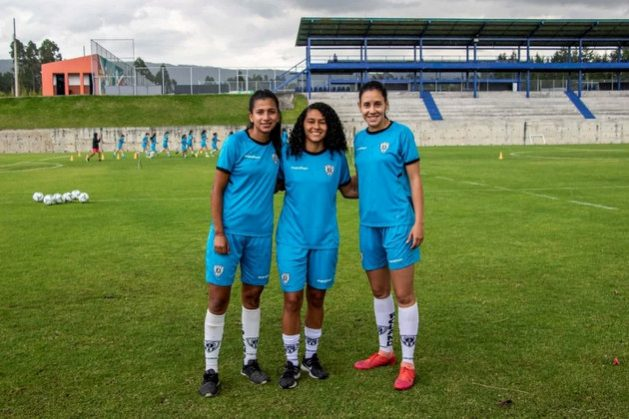 De izquierda a derecha, las futbolistas venezolanas Yuriana Ávila, Yoseidi Zambrano y María Claudia Pineda, migrantes y profesionales en el equipo Dragonas Independiente del Valle, en Ecuador. Foto: Jaime Giménez/Acnur