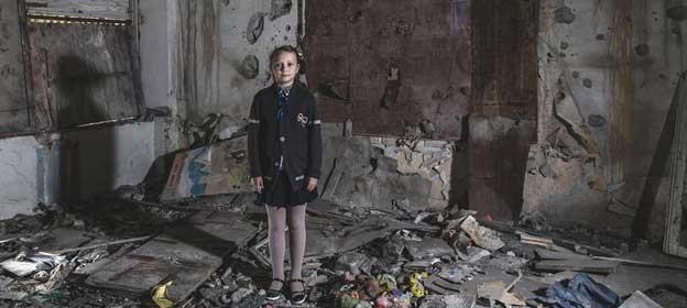 Masha Khromchenko, en un aula que recibió un impacto directo de un proyectil en la región de Lugansk, en Ucrania. El Consejo de Seguridad de la ONU ha exigido el fin de los ataques a escuelas en todo el mundo. Foto: Christopher Morris/ Unicef