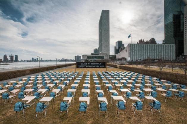 El pizarrón, ante la sede de la ONU en Nueva York y frente a pupitres y mochilas vacías, registra 168 millones de niños ausentes de las aulas que necesitan urgentemente regresar a sus escuelas. Foto: Chris Farber/Unesco