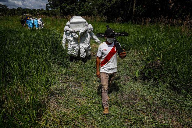 Cortejo del líder indígena se dirige al cementerio en la Amazonia peruana. Foto: Sebastián Castañeda / Periodistas por el Planeta