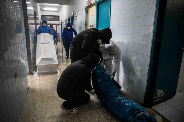 El cadáver de un líder indígena muerto por covid es preparado para colocarlo en un ataúd. Foto: Sebastián Castañeda / Periodistas por el Planeta