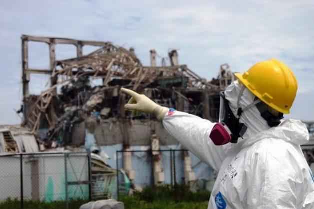 Un investigador de la Agencia de la Energía Atómica señala el Reactor 3 en la planta de Fukushima Daiichi, en Japón, el 27 de mayo de 2011. Foto: Greg Webb, IAEA/Flickr- CC BY-SA