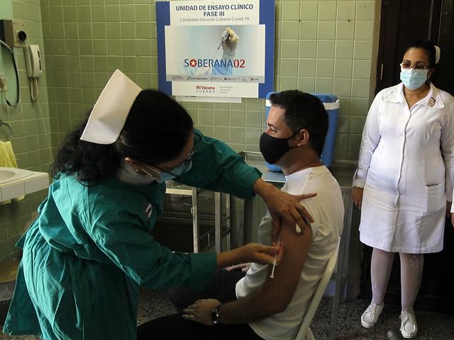 La enfermera Xiomara Rodríguez suministra una dosis de la vacuna cubana Soberana 02 al ingeniero cubano Gianni Martínez, que se aplica a un grupo de voluntarios durante la fase III del ensayo clínico del proyecto de inmunización. Foto: Jorge Luis Baños /IPS