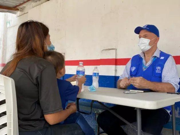 Una madre salvadoreña habla con un trabajador de Acnur en un centro de registro en el sur de México. Foto: Pierre-Marc Rene/Acnur