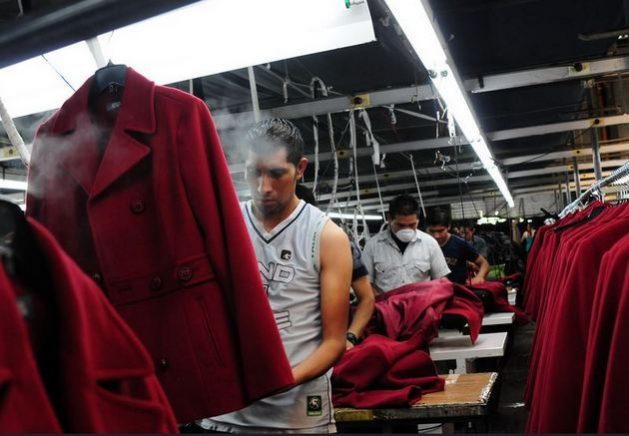 Trabajadores en una fábrica de vestidos en Chimaltenango, al oeste de la ciudad de Guatemala. Millones de empleos se perdieron en América Latina y el Caribe y hay el riesgo de que una recuperación de la economía se sostenga sobre el trabajo informal en perjuicio del empleo formal. Foto: BM