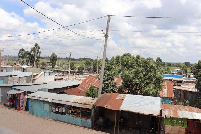 Un grupo de viviendas precarias en City Carton, un asentamiento precario de las afueras de Nairobi. Los resultados preliminares de un estudio que acaba de realizarse encontraron que más de 40 por ciento de los residentes en los hogares en los barrios marginales de la capital de Kenia carecen de empleo y su ingreso familiar mensual promedio es de 78 dólares. Crédito: Isaiah Esipisu / IPS