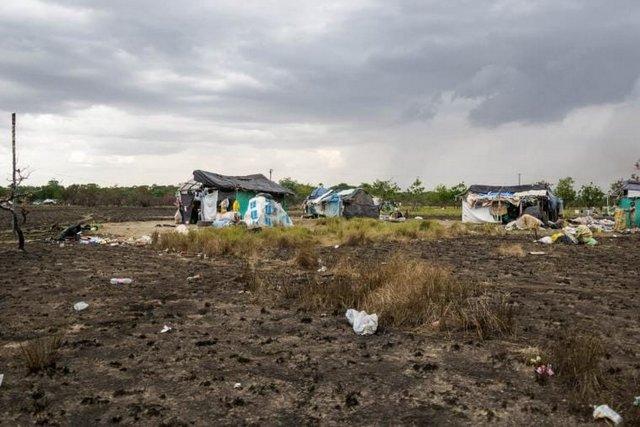 Puerto Carreño está rodeado de barrios habitados por refugiados venezolanos, entre los cuales se encuentran muchos indígenas. Este sector en particular está ubicado al lado de un vertedero de basura donde la gente busca materiales reciclables. 2021. Foto: Bram Ebus / CrisisGroup