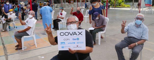 Personas de edad avanzada esperan para recibir la vacuna contra la covid-19 en un centro de vacunación en Lima. Foto: José Vilca/Unicef