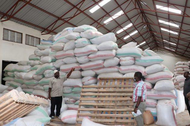 Productos agrícolas en el almacén de Igodikafu, en la aldea de Mbuyuni, en el centro de Tanzania. Con base en los recibos de las cosechas entregadas a esta instalación, la Sociedad Cooperativa de Ahorro y Crédito de Mahanje puede otorgar a los agricultores préstamos personales y específicos, por la mitad de su producción. Foto: Isaiah Esipi / IPS