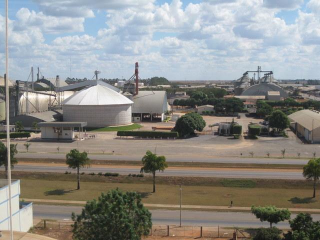 Silos y almacenes en la localidad de Lucas do Rio Verde, una de las capitales de la soja en Mato Grosso, un estado del norte de Brasil, reflejan la pujanza de la agricultura local, que lidera la producción de soja, maíz y algodón en el país. Foto: Mario Osava / IPS