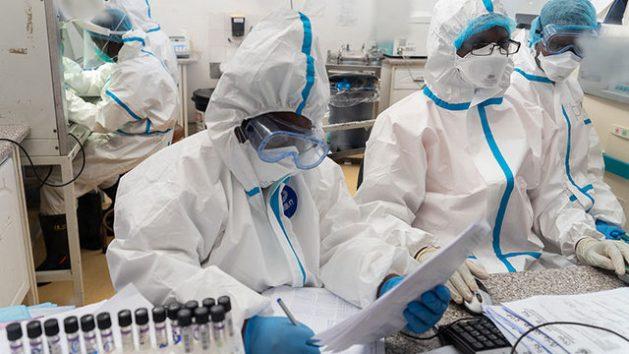 En 2020 unos 7000 trabajadores sanitarios perecieron a causa de la enfermedad covid-19, contraída durante su labor, lo que muestra la necesidad de invertir en seguridad y salud para su protección y la de millones de quienes laboran en otros campos de alto riesgo, indicó la Organización Internacional del Trabajo. Foto: KB Mpofu/OIT