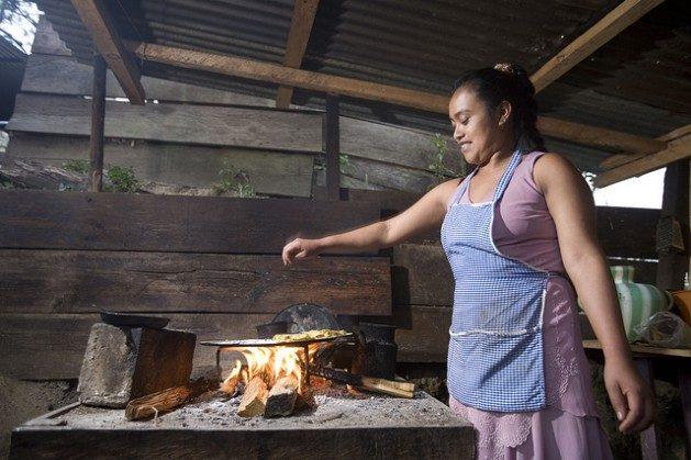 Las mujeres de los hogares rurales y pobres del sureño estado mexicano de Chiapas usan la biomasa como principal fuente de combustible. Foto: Mauricio Ramos /IPS