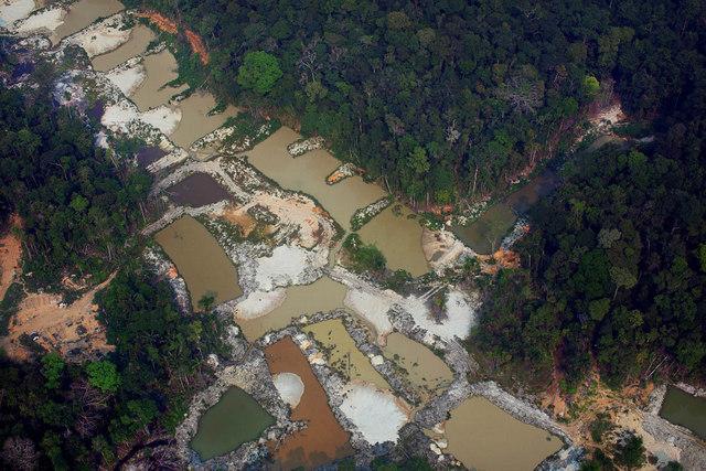 """Vista aérea de los daños provocados por un """"garimpo"""" (minería artesanal) en la cuenca del río Tapajós, en el corazón de la Amazonia, donde el mercurio usado por los mineros ilegales contaminó al menos a 500 indígenas de pueblo munduruku y ya causó la muerte de algunas personas, entre los cuales un investigador de una organización ambiental e indigenista. Foto: Marizilda Cruppe/Amazônia Real-Fotos Públicas"""